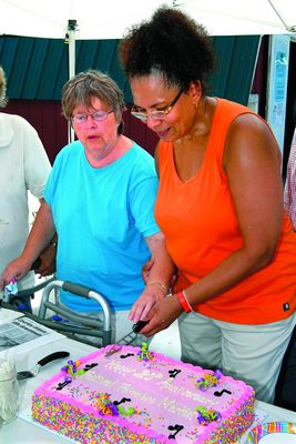 Hundreds help celebrate Festival Farmers Market
